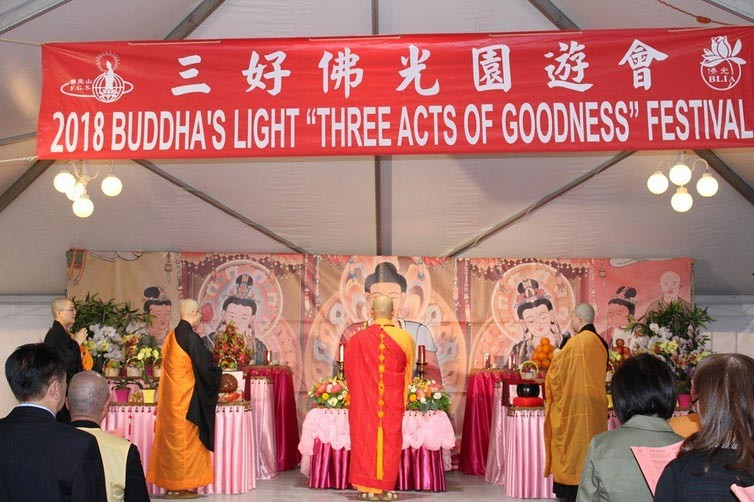 Puja bakti dalam rangkaian Festival Vesak 2018 di International Buddhist Progress Society (IBPS)