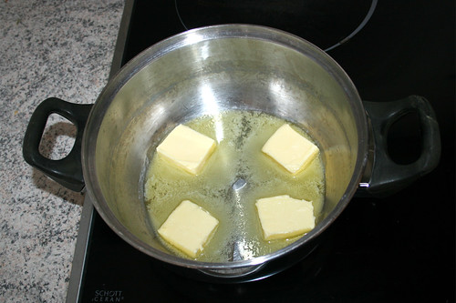 22 - Butter in Topf schmelzen / Melt butter in pot