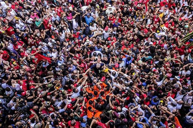 Lula é carregado pelo povo após discurso em São Bernardo - Créditos: Francisco Proner l Farpa Foto Coletivo