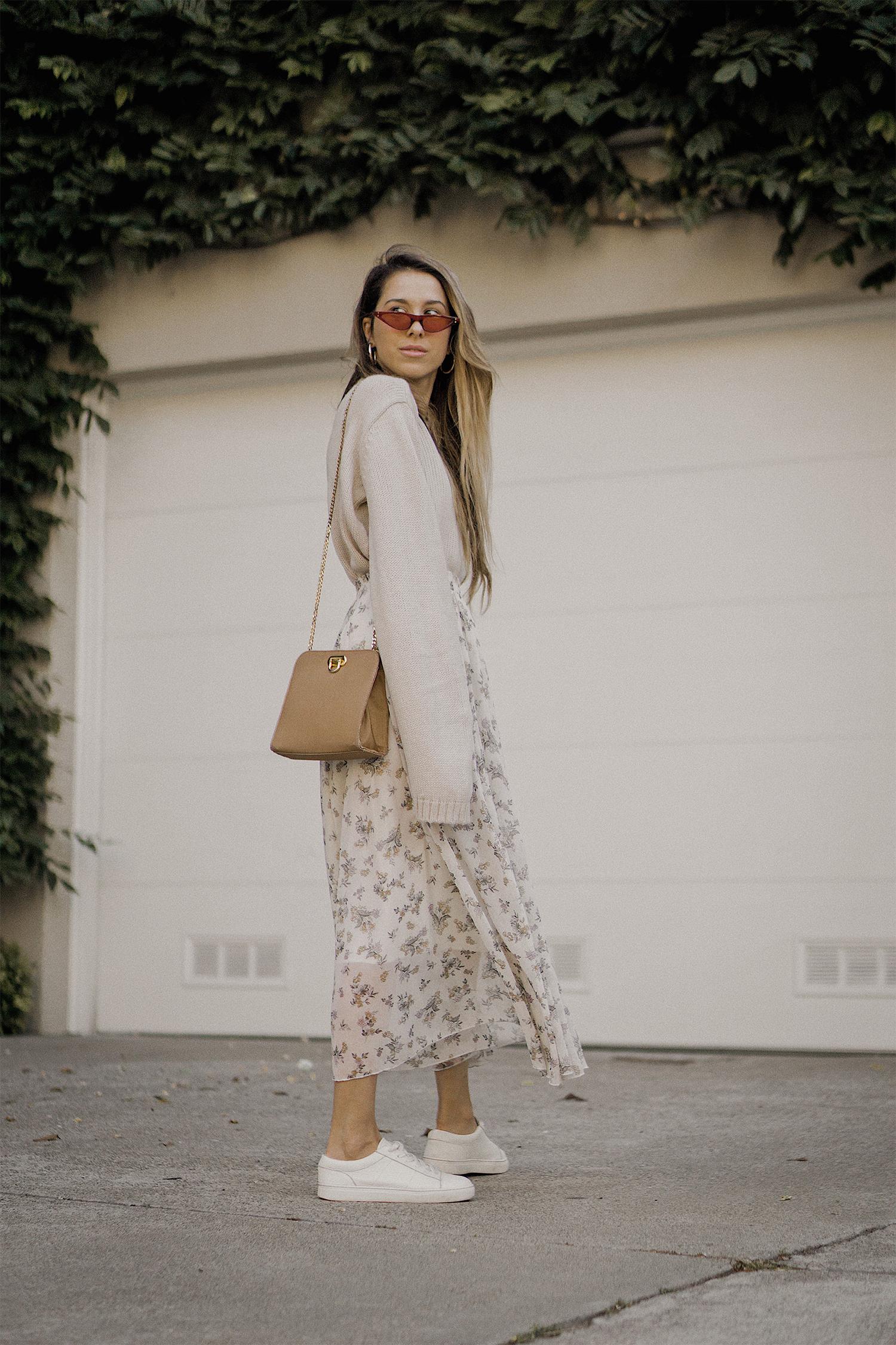 neutral_outfit_street_style_look_beige_tobi_sweater_long_skirt_romantic_beret_sneakers_vintage_lena_juice_the_white_ocean_04