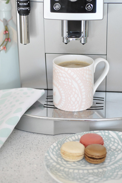 portrait_maisy_mug_cloudpink_coffeemachine