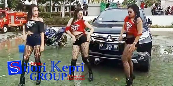 """Hiburan Pesta Rakyat 3S yang digelar Penjaga Marwah Rudi (PMR), dengan tema """"Sexy Bike Wash Dancer"""", menuai protes dan kritik dari sejumlah Netizen."""