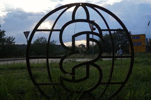 Sonnenuntergang hinter dem IPPNW-Symbol an der Friedenswiese vor dem Atomwaffenstützpunkt Büchel. Foto: Xanthe Hall