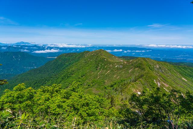 次に越える釜ヶ峰、日蔭山を眺めながら、霧ノ塔を呆れるほどの直の激下り