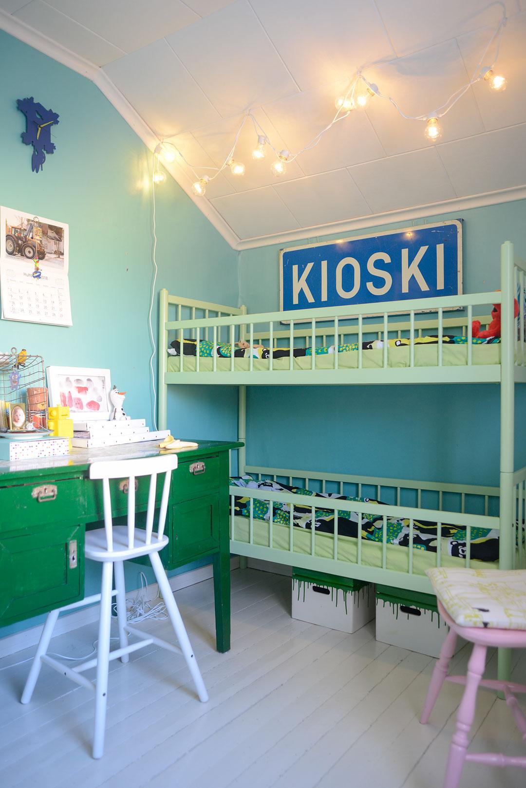 Vihreän, sinisen ja turkoosin sävyjä lastenhuoneessa
