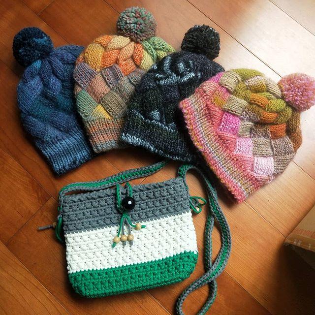 20180408 阿母真的太強了 帽子一天勾一頂超迅速 還有我的小包包 好喜歡啊! #女兒們最愛的娘家 #阿母睽違30年的手藝 #萬能的阿母 #好希望再來冷一波