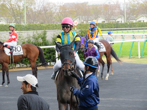 福島競馬場の枠場に戻る騎手たち