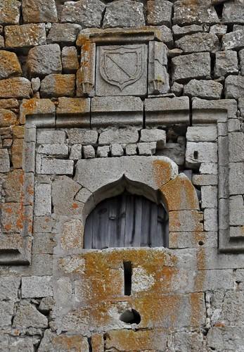 Galve de Sorbe (Guadalajara-España). Castillo de los Zúñiga. Ventana y escudo