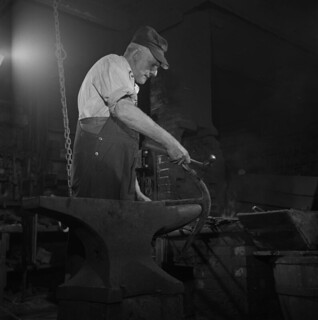 George Gould working on an anchor, Yarmouth, Nova Scotia / George Gould travaillant sur une ancre, Yarmouth (Nouvelle-Écosse)