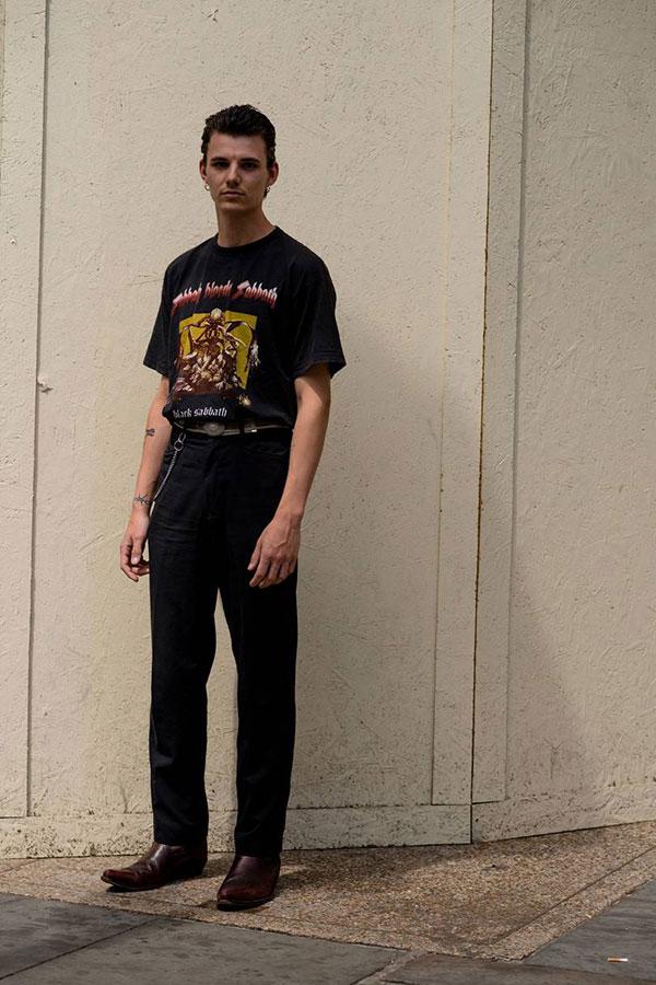 BlackSabbath 黒Tシャツ×黒パンツ×ブラウンブーツ