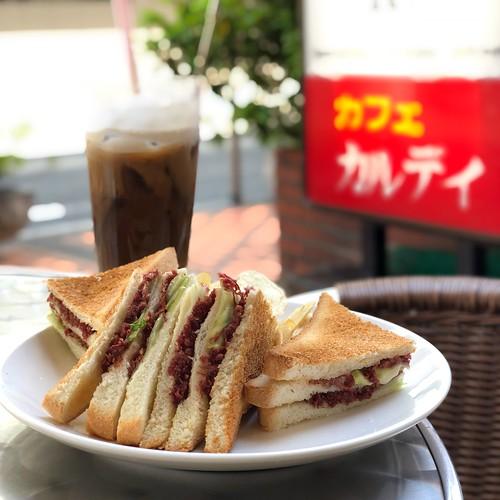 コンビーフサンド、アイスコーヒー。カフェカルディにて。