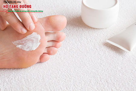 Chăm sóc bàn chân hàng ngày giúp phát hiện sớm các tổn thương