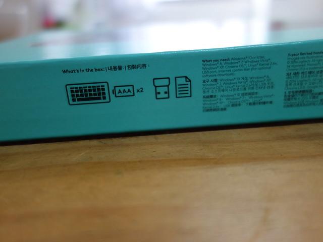 內附說明書、接收器、兩顆四號電池(在電池槽內)、鍵盤本體@羅技Logitech K270無線鍵盤