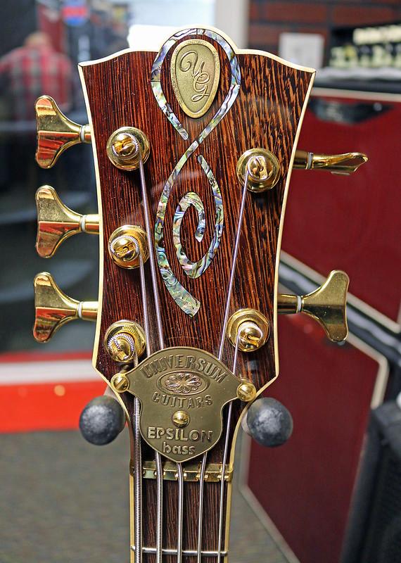Universum Guitars  - red Epsilon Bass (1)