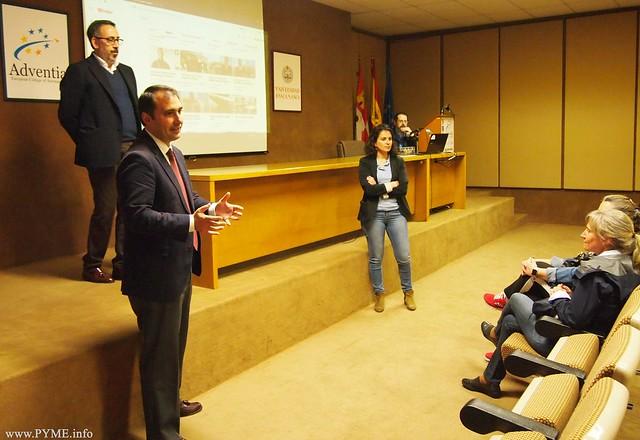 Fernando Gómez, secretario general de Adventia, da la bienvenida a los alumnos de la mano de Emilio García Arias, presidente de ASERPAS.