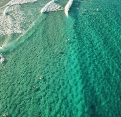 Water so bubbly and inviting you can taste it. #stradbrokeisland #main beach putting on a show today with some fun little beaches #roamtheplanet #travelphotography #visualoflife #beachlife #dametraveler #artofvisuals #islandhopping #artofvisuals #dronepho