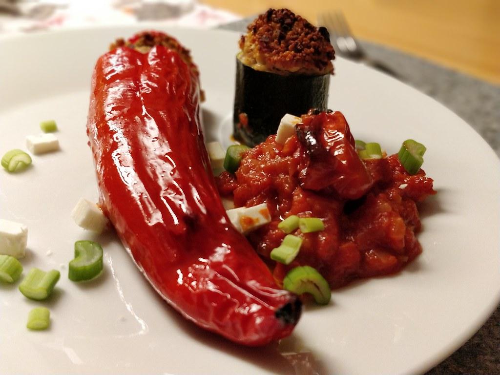 Gefüllte Paprika & Zucchini mit Tomaten-Orangen-Sauce