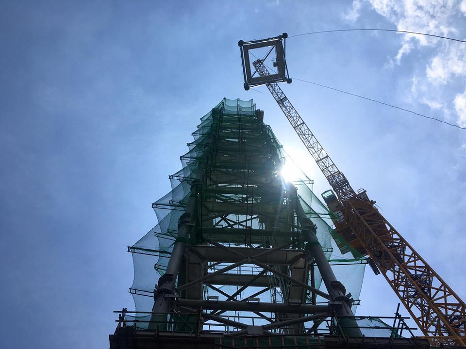 Cẩu các khối thép lên độ cao trên 400 mét là công việc không đơn giản, cần tính toán kỹ lưỡng.