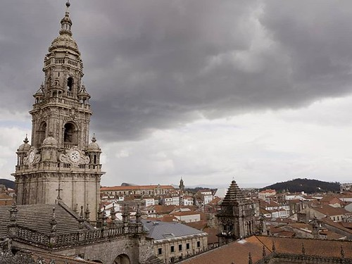 Una vista distinta de la catedral de Santiago. #compostela #sky #clouds #olympus #olympusomd #santiagodecompostela #roofs