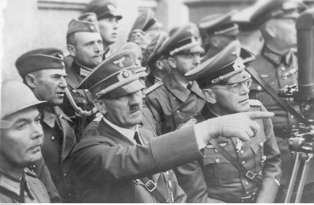 Адольф Гитлер среди солдат во время боев за Варшаву