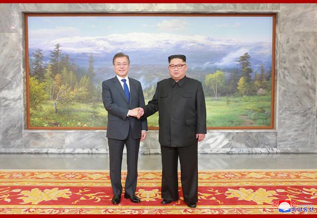 Moon Jae In e Kim Jong-Un posam para fotos durante encontro em Panmunjon - Créditos: KCNA