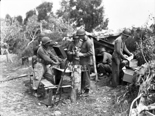 Personnel of the First Special Service Force preparing a meal, Anzio beachhead, Italy / Membres de la Première Force de Service spécial cuisinant un repas sur la tête de pont (zone sécurisée) d'Anzio (Italie)