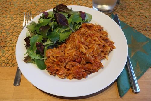Kritharaki-Auflauf mit gemischtem Blattsalat (mein Teller)