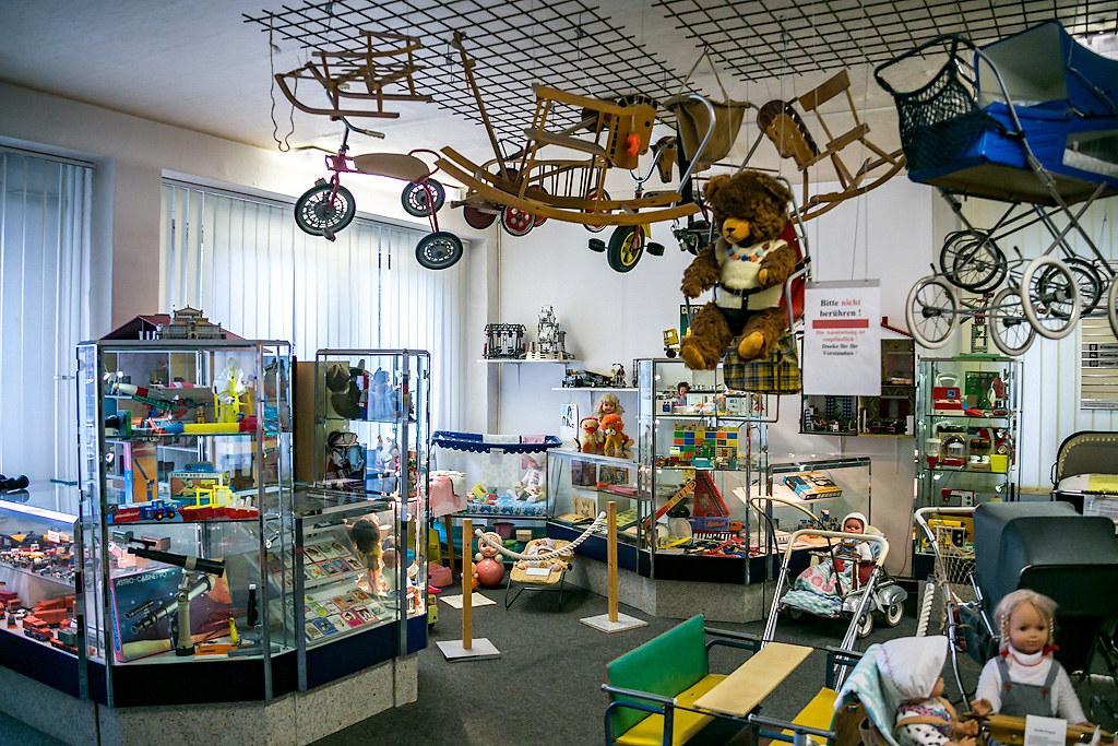 Игрушки и учёба детей ГДР модели, такого, можно, детей, пособиями, настоящих, двигатель, школы, ухода, игрушек, товаров, набор, приучали, магазин, музея, синие, целый, стран, среди, такой
