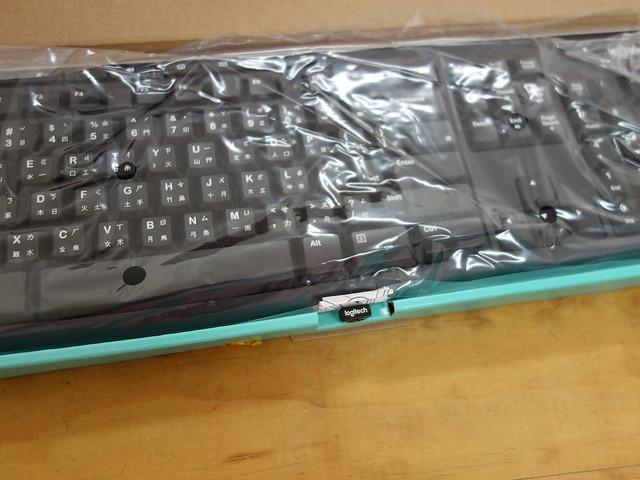 打開來,鍵盤會用塑膠袋包著,Unifying 接收器在 ALT 鍵前面的紙盒邊緣@羅技Logitech K270無線鍵盤