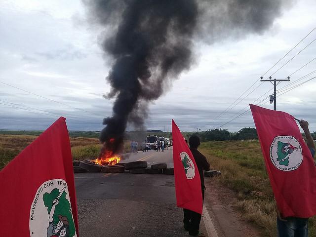 """Carretera en Natal (norte del país) bloqueada en protesta en la mañana de hoy; según Jaime Amorim, del MST, Lula es """"la voz del pueblo"""" - Créditos: MST"""