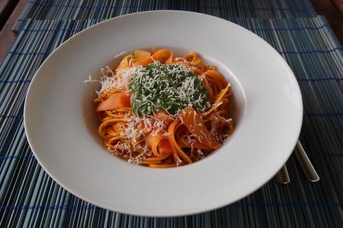 In Möhrensaft gekochte Spaghetti mit marinierten Möhren, Möhrengrünpesto und Parmesan