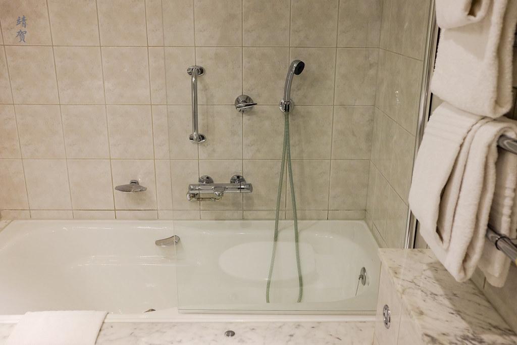 Bathtub and towels