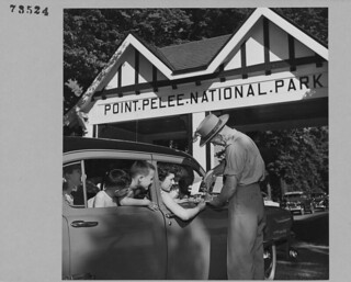 Mr. McCarron, the Park Warden, gives information to tourists at the entrance to Point Pelee National Park, Ontario / M. McCarron, garde du parc, renseigne des touristes à l'entrée du parc national de la Pointe-Pelée (Ontario)