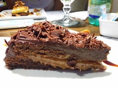 Torta de brownie com recheio de doce de leite e cobertura de ganache de chocolate.