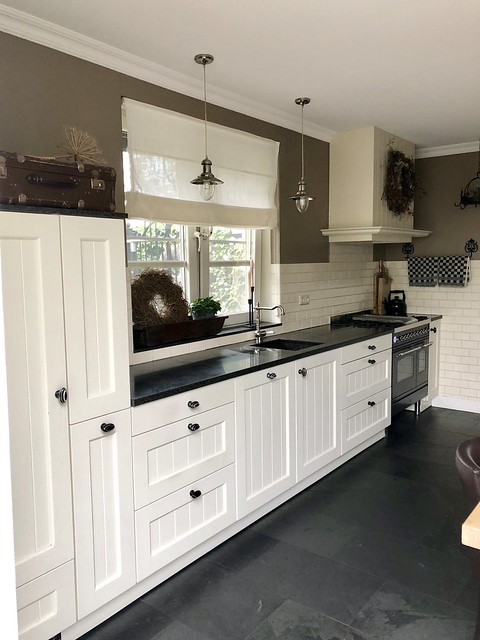 Witte keuken zwart blad landelijk