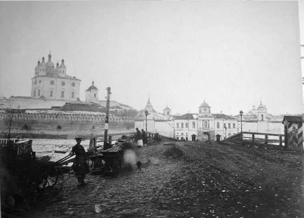 Днепровский мост, Надвратная церковь Одигитрии и Успенский собор