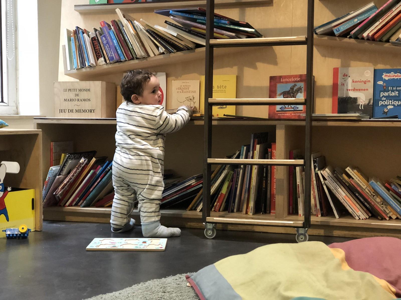 Samuel eligiendo libros