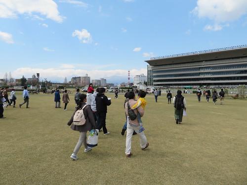 福島競馬場の障害コースの直線を見るため移動する人々