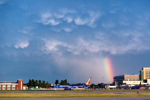 minneapolisstpaulinternationalairport msp kmsp mspairport aviation avgeek rainbow stormlight n817sy sunset mammatus