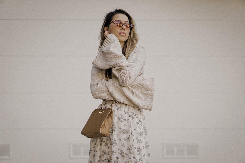 neutral_outfit_street_style_look_beige_tobi_sweater_long_skirt_romantic_beret_sneakers_vintage_lena_juice_the_white_ocean_09