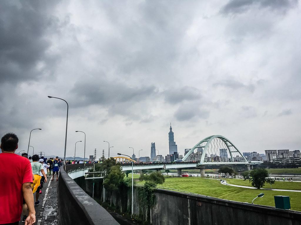 台北馬,橋上半馬橋下全馬。