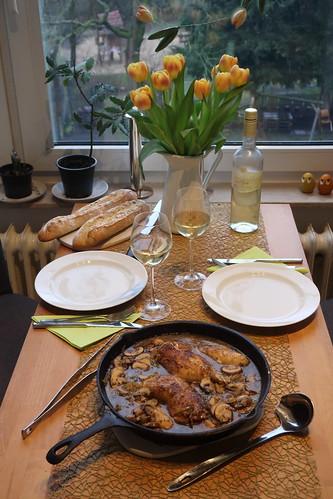 Dijon-Hühnchen in Weißweinsoße mit Estragon und Cognac (Tischbild)
