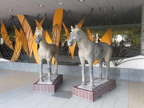 福島競馬場のスタンドにあったよく分からない馬の像