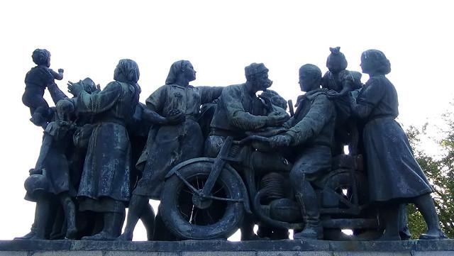 Statues Knayzheska Gardens 02