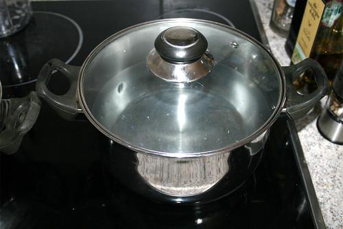 34 - Topf mit Wasser für Nudeln aufsetzen / Bring water for noodles to a boil