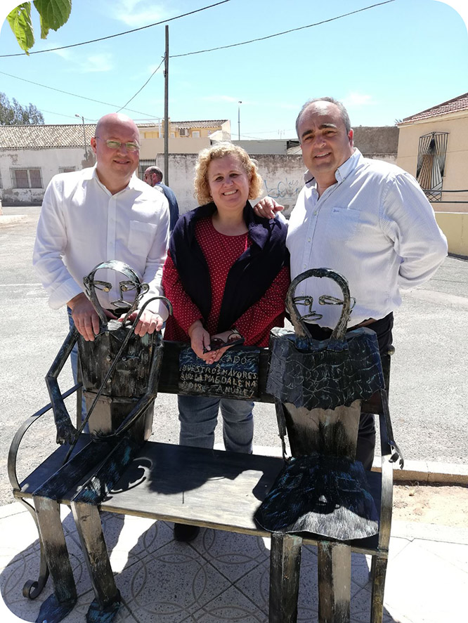 La Magdalena erige una estatua en homenaje a los mayores