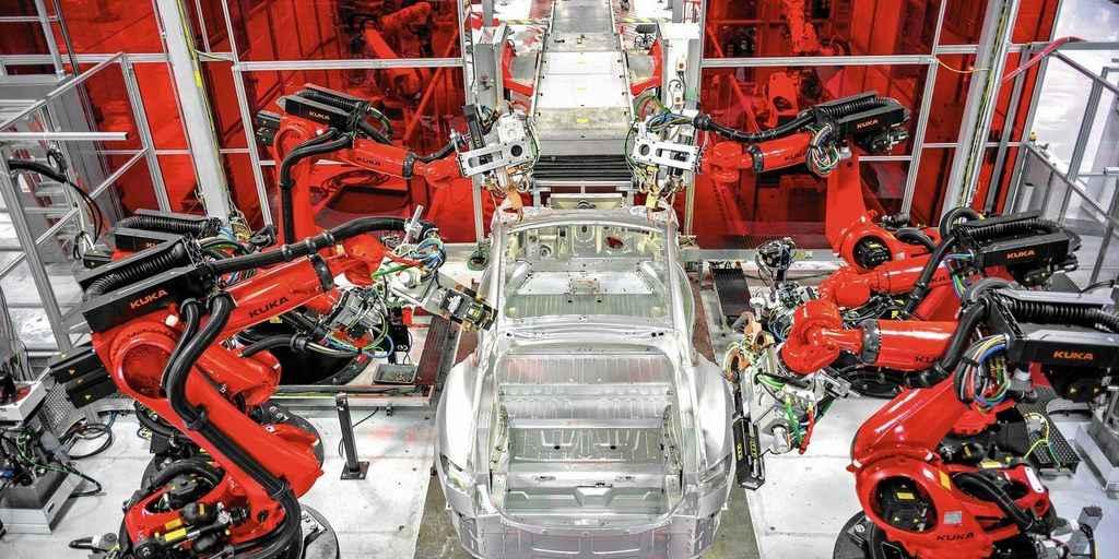 Musk admet que Tesla a trop dépendu des robots mais qu'elle sera rentable dans quelques mois