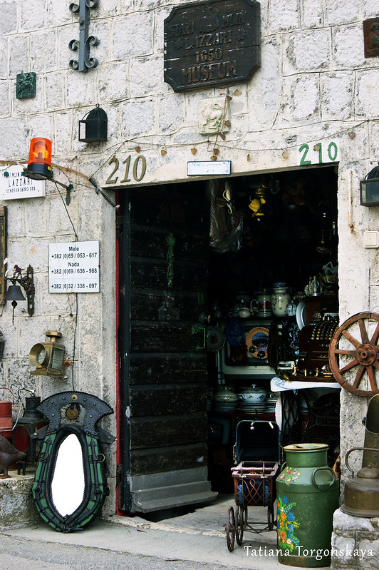 Вход в антикварный магазин