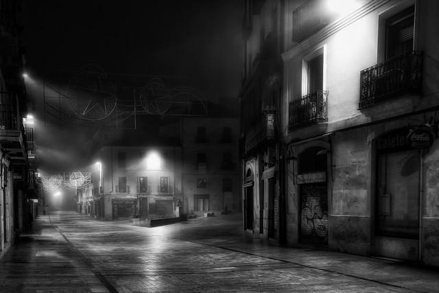 En la oscuridad de la noche, la niebla sola pasea - In the dark of the night, the fog alone walks
