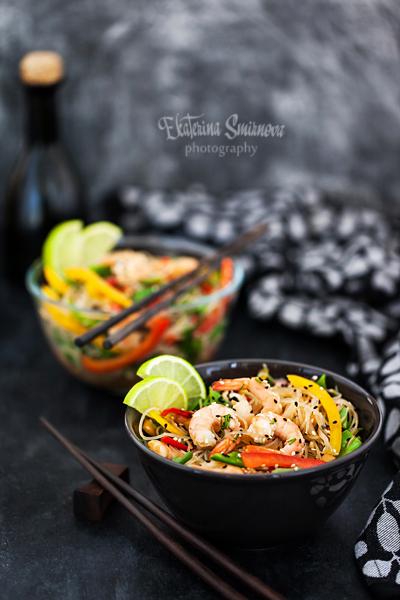 Тайский салат из риса и креветок